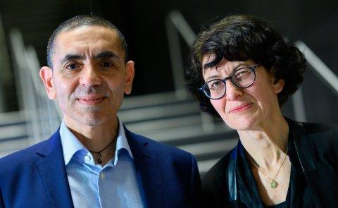 Ugur Sahin (l) und Özlem Türeci, die Gründer des Mainzer Corona-Impfstoff-Entwicklers Biontech. Foto:Bernd von Jutrczenka/dpa-Pool/dpa