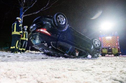 Ein Auto liegt auf der Landstraße zwischen Oststeinbek und Havighorst nach einem Verkehrsunfall auf dem Dach. Der Fahrer war mit seinem Wagen auf der glatten und verschneiten Straße von der Fahrbahn abgekommen, gegen einen Baum gefahren und dann auf das Dach gekippt. Der Mann wurde dabei verletzt.