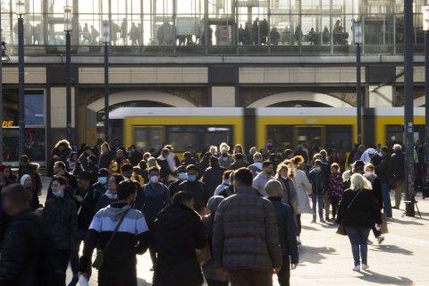 Menschenansammlung auf dem Berliner Alexanderplatz. Foto:Carsten Koall/dpa