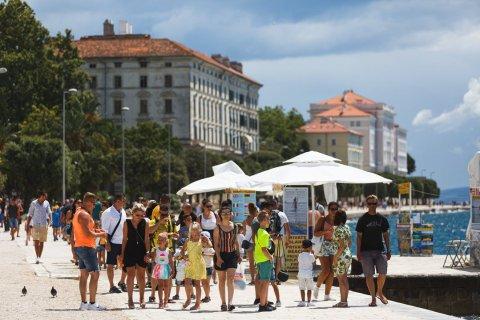 Touristen an der Uferpromenade im kroatischen Zadar. Foto:Marko Dimic/Pixsell/Xinhua/dpa