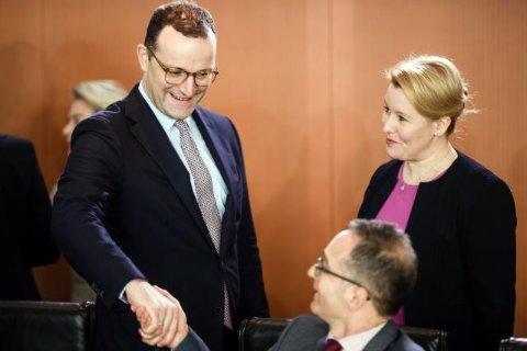 Jens Spahn (l.) und Franziska Giffey mit Heiko Maas
