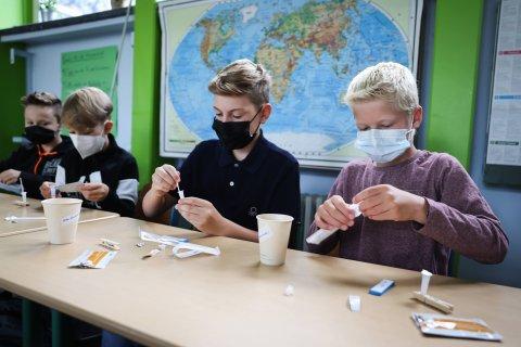 Hamburger Schüler beim Corona-Selbsttest