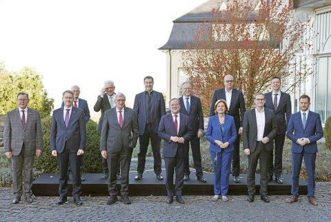 Die Chefinnen und Chefs der Landesregierungen bei der Ministerpräsidentenkonferenz in Königswinter. Foto: Oliver Berg/dpa