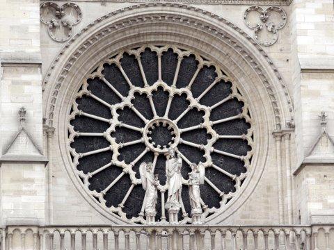 Eines der drei riesigen Rosenfenster an der Kathedrale Notre-Dame.