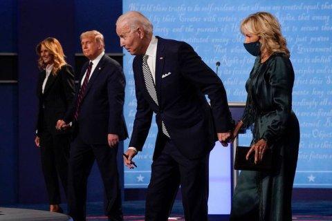 First Lady Melania Trump (ganz links), Donald Trump, Joe Biden und seine Frau Jill Biden verlassen die Bühne im Anschluss an die erste Präsidentschaftsdebatte. Foto: Julio Cortez/AP/dpa